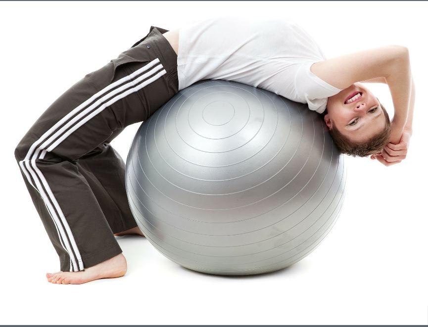 אשה על כדור פיזיו